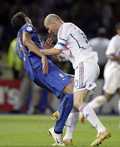 En ünlü futbolcu kavgaları galerisi resim 25