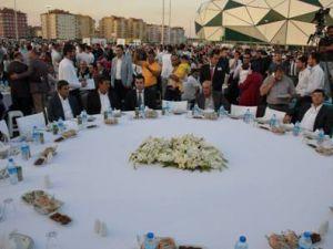 Başbakan 30 bin kişiyle iftar yaptı