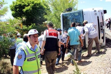 Öğrencileri taşıyan midibüs devrildi: 1 ÖLÜ, 20 YARALI galerisi resim 5