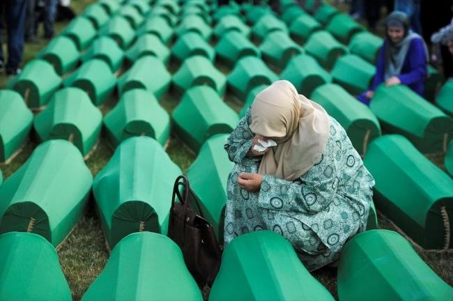 Srebrenitsa kurbanlarının tabutları Potoçari Şehitliğinde galerisi resim 10