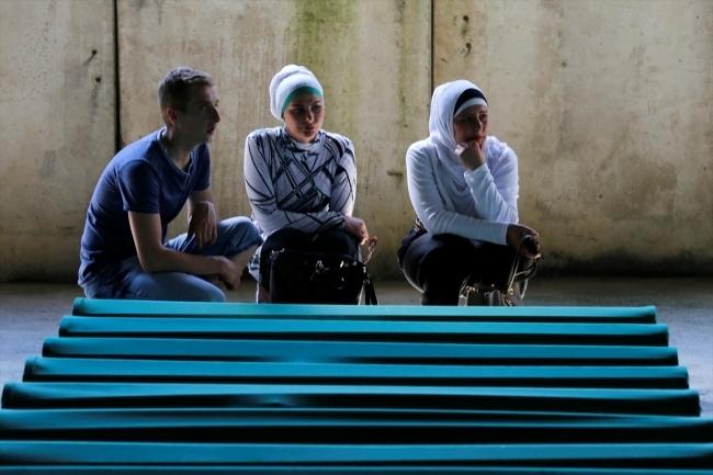 Srebrenitsa kurbanlarının tabutları Potoçari Şehitliğinde galerisi resim 12