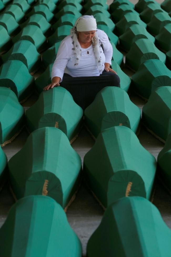 Srebrenitsa kurbanlarının tabutları Potoçari Şehitliğinde galerisi resim 13