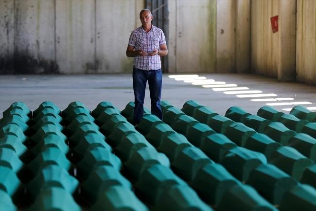 Srebrenitsa kurbanlarının tabutları Potoçari Şehitliğinde galerisi resim 15