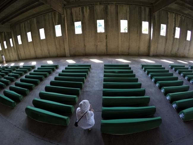 Srebrenitsa kurbanlarının tabutları Potoçari Şehitliğinde galerisi resim 16