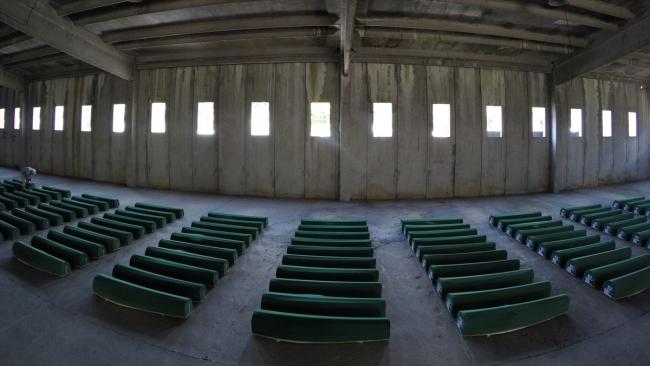 Srebrenitsa kurbanlarının tabutları Potoçari Şehitliğinde galerisi resim 17