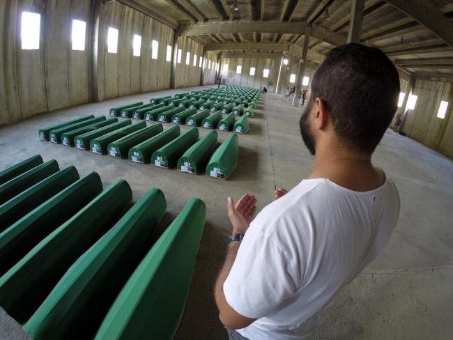 Srebrenitsa kurbanlarının tabutları Potoçari Şehitliğinde galerisi resim 18