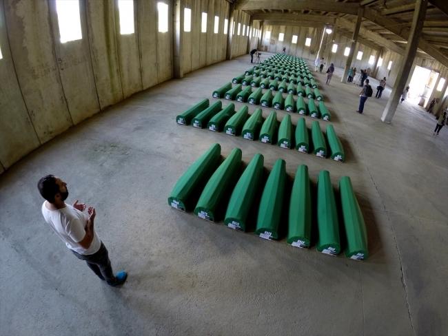 Srebrenitsa kurbanlarının tabutları Potoçari Şehitliğinde galerisi resim 19