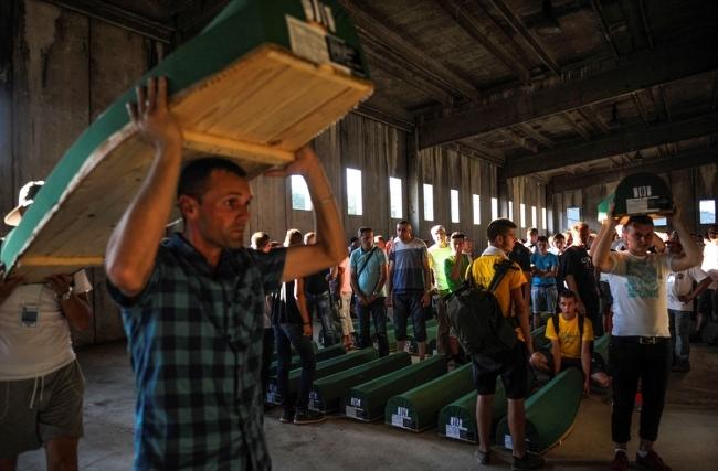 Srebrenitsa kurbanlarının tabutları Potoçari Şehitliğinde galerisi resim 2