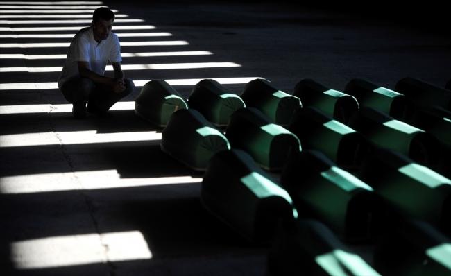 Srebrenitsa kurbanlarının tabutları Potoçari Şehitliğinde galerisi resim 20