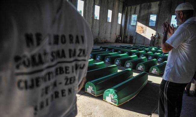 Srebrenitsa kurbanlarının tabutları Potoçari Şehitliğinde galerisi resim 21