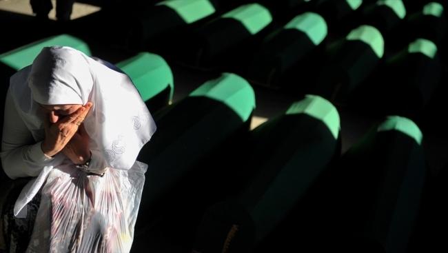 Srebrenitsa kurbanlarının tabutları Potoçari Şehitliğinde galerisi resim 22
