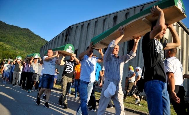 Srebrenitsa kurbanlarının tabutları Potoçari Şehitliğinde galerisi resim 5