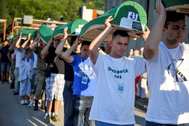 Srebrenitsa kurbanlarının tabutları Potoçari Şehitliğinde galerisi resim 6