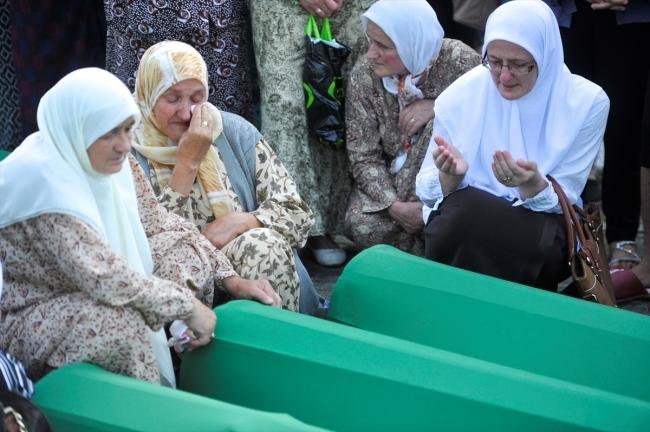 Srebrenitsa kurbanlarının tabutları Potoçari Şehitliğinde galerisi resim 8
