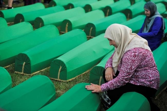 Srebrenitsa kurbanlarının tabutları Potoçari Şehitliğinde galerisi resim 9