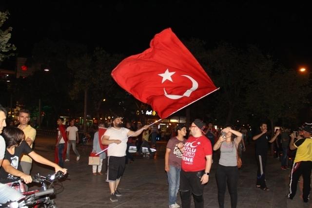 Konya Meydanlarında renkli otolar ve bayraklar galerisi resim 10