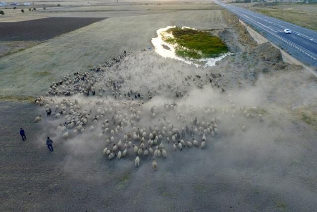 Göçerlerin çileli yolculuğu 'drone'la görüntülendi galerisi resim 1