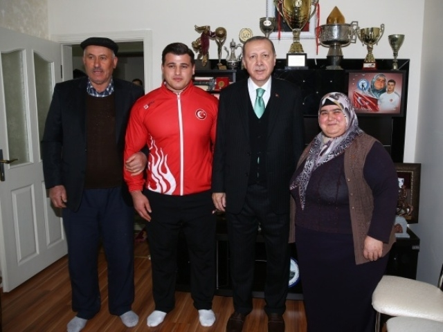 Cumhurbaşkanı Erdoğan milli güreşçiyi evinde ziyaret etti galerisi resim 1