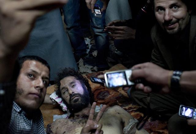 Oğul Kaddafinin cesedi ile poz verdiler galerisi resim 1