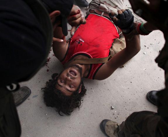 Oğul Kaddafinin cesedi ile poz verdiler galerisi resim 16