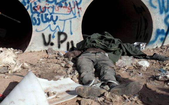 Oğul Kaddafinin cesedi ile poz verdiler galerisi resim 4