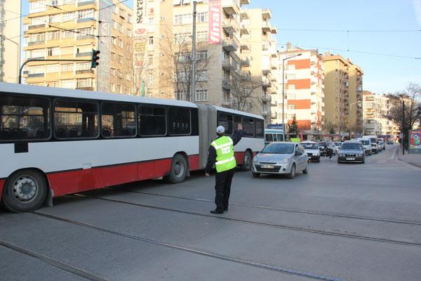 Otobüs yolun ortasında kaldı galerisi resim 1