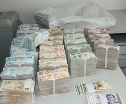 Konya polisi bankaların paralarının bulunduğu aracı soyan