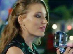 Serenay Sarıkaya Medcezirde şarkı söyledi TIKLA İZLE