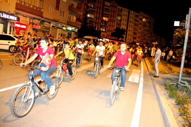 Bisikletçilerden Türk bayraklı protesto