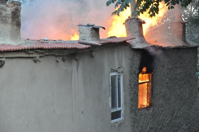 Tarihi sokakta çıkan yangı korkuttu