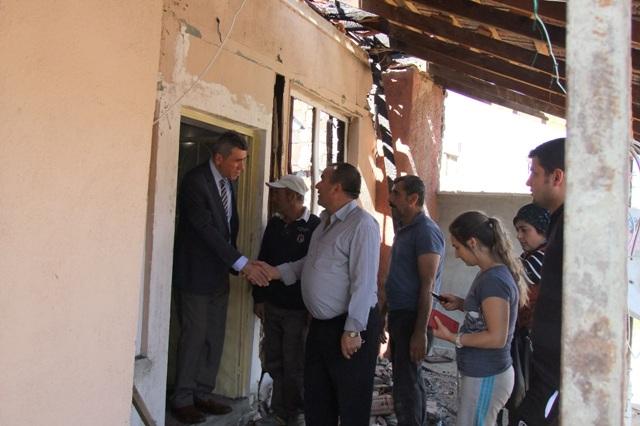 Akşehir Kaymakamı evi yanan aileyi ziyaret etti