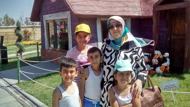 Vesile Hanım Yiğenleriyle Mutlu