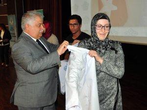 Tıp öğrencileri önlüklerini törenle giydi
