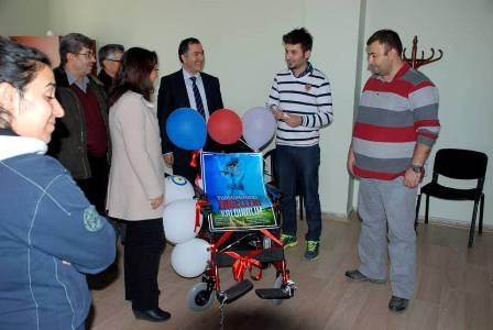 Öğrencilerden engellilere akülü sandalye