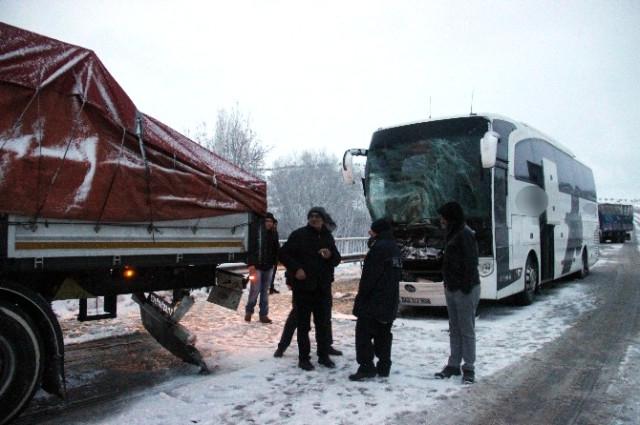 Konya plakalı yolcu otobüsü tıra çarptı