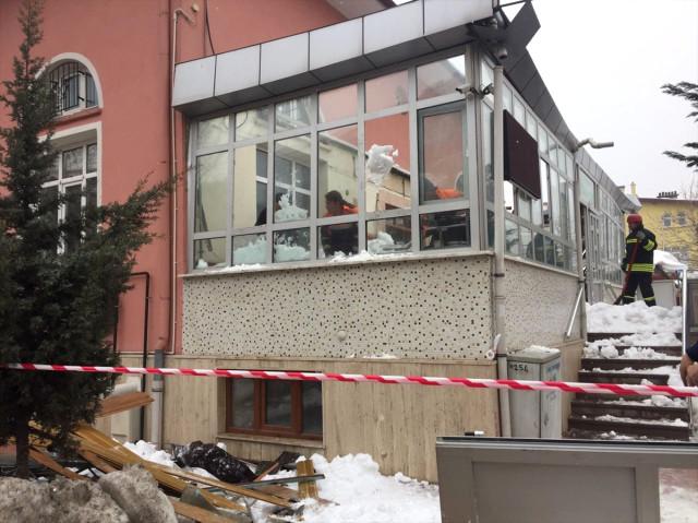 Konya'da Cami Girişindeki Çatı Çöktü: 3 Yaralı