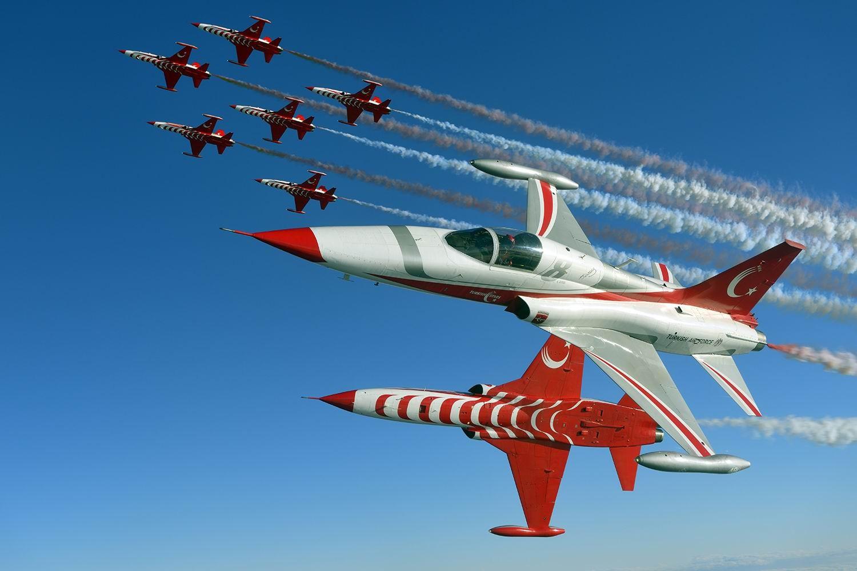Türk Yıldızları Antalya semalarında gösteri yaptı