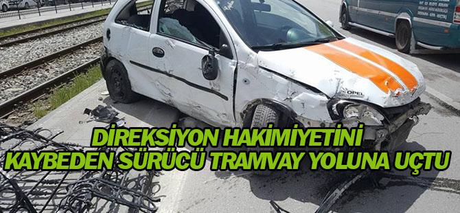 Konya'da otomobil tramvay yoluna uçtu