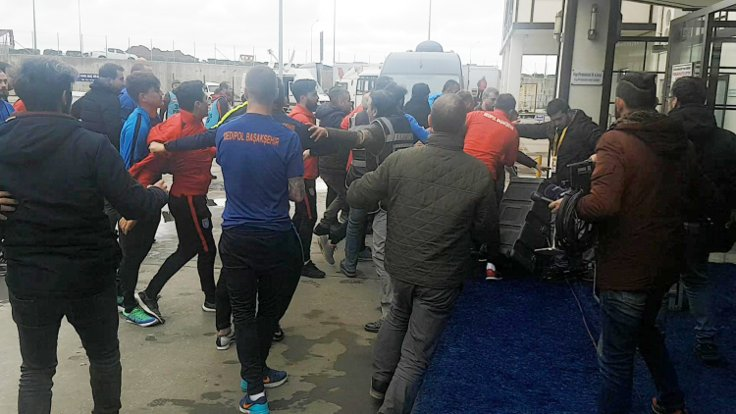 Başakşehirsporlu futbolcular gazetecileri dövdü
