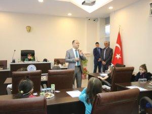 Beyşehir'de anaokulu öğrencileri meclis koltuklarında