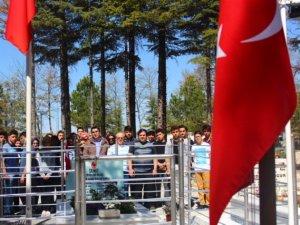 TOKİ Anadolu Lisesi Ömer Halisdemir'in mezarını ziyaret etti