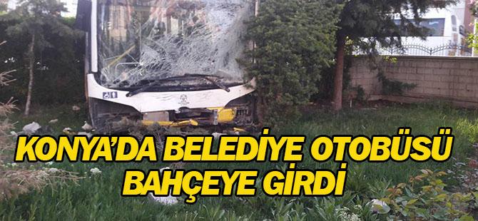 Konya'da belediye otobüsü bahçeye girdi