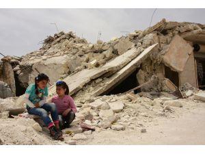 Rejim saldırılarında yetim kalan Suriyeli çocuklar hayata tutunmaya çalışıyor