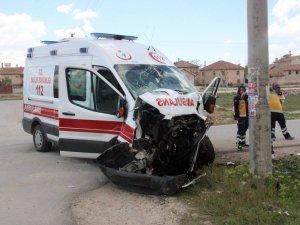 Belediye otobüsüyle ambulans çarpıştı