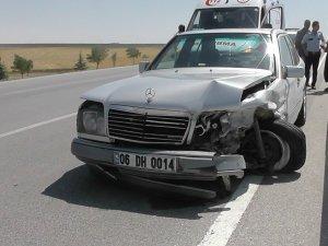 Konya'da otomobil bariyerlere çarptı