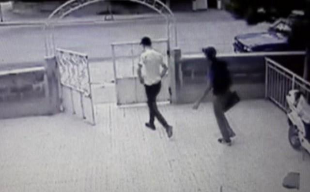 Akü hırsızları güvenlik kamerasına yakalandı