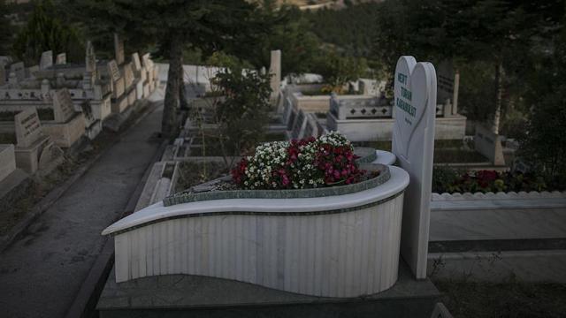 Kaybettiklerine özlemlerini mezar taşlarında anlatıyorlar
