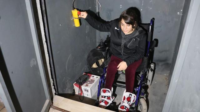 Engelli kızı için asansör yaptı