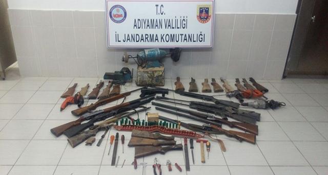 Evin bodrum katında çok sayıda silah ele geçirildi