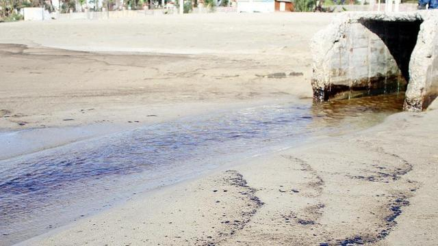 Alanya'da Kleopatra Plajı'na kalorifer yakıtı aktı